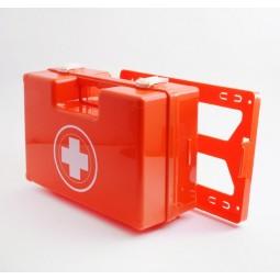 trousse de secours rouge en plastique forme rectangulaire à main produits inclus forêts et espaces verts, fermée