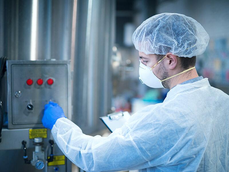 travailleur en usine agroalimentaire